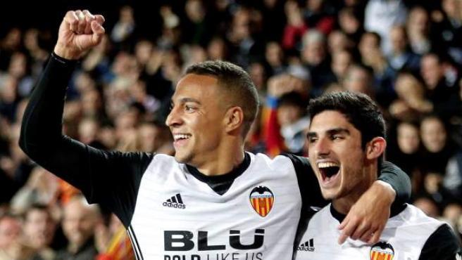 Rodrigo Moreno y Gonçalo Guedes festejan un gol del Valencia.