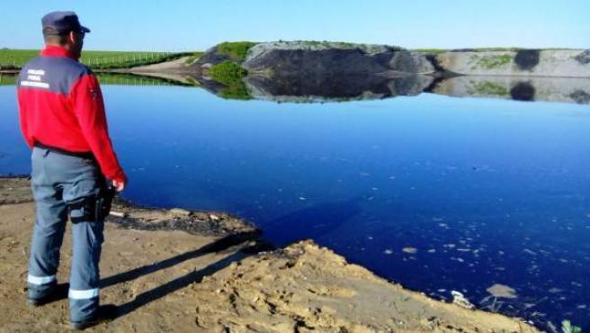 Agente de Policía Foral vigilando el vertido en el río Aragón