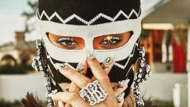 La cantante Rihanna posa con una pasamontañas de la firma Gucci.