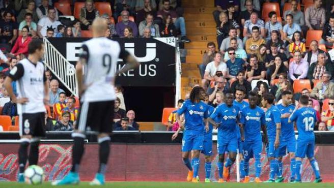 Los jugadores del Getafe celebran un gol en Mestalla frente al Valencia.