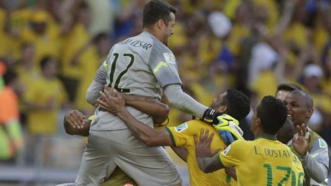 Julio César, el portero de Brasil, celebra con sus compañeros el pase a cuartos de final tras eliminar a Chile en la tanda de penaltis.
