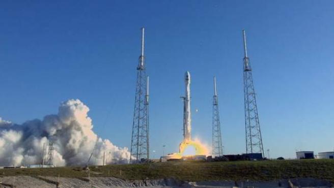 Momento del lanzamiento del satélite TESS, a bordo del cohete Falcon 9 de la empresa SpaceX, en Cabo Cañaveral (Florida, EE UU).