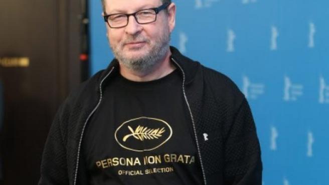 El director Lars Von Tirer muestra una camiseta donde se puede leer 'persona non grata' en protesta por haber sido calificado como tal por el Festival de Cine de Cannes. (Berlinale de 2014)