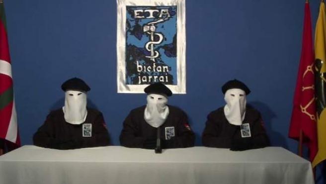 Imagen de miembros de ETA en el comunicado del final de su actividad armada.