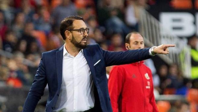José Bordalás, técnico del Getafe, dirigiendo a su equipo desde la zona técnica del Alfonso Pérez.