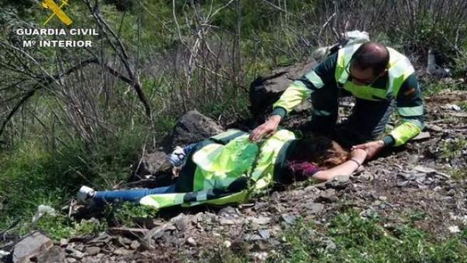 Auxilian a una mujer tras sufrir un accidente de coche en Villarrasa.