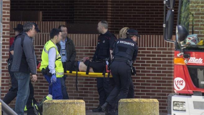 Sanitarios y agentes de la Ertzaintza trasladan al presunto autor de la muerte de su expareja y la madre de ésta, en Vitoria.