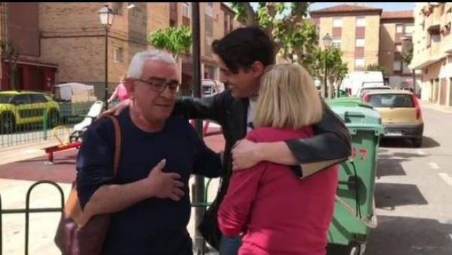 El cantante bielorruso Alekseev, saludando a Pepa y Fernando, los que fueron sus padres de acogida durante su niñez en Mula, Murcia.