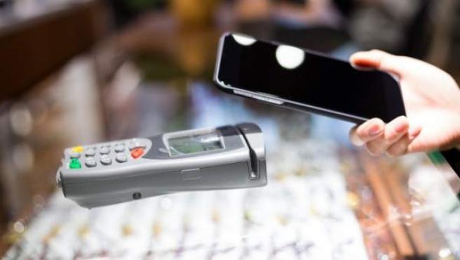 El pago con móvil se va popularizando con el paso del tiempo.