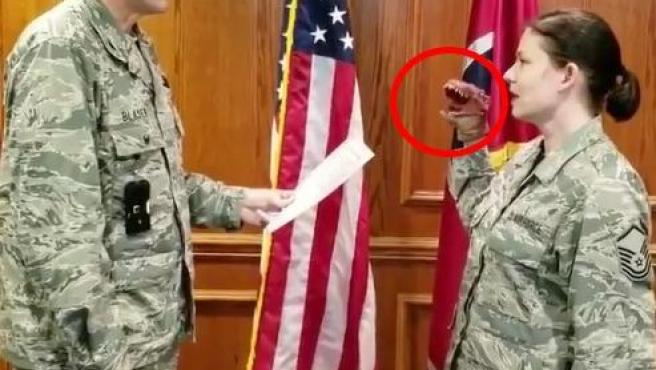 Vídeo difundido en redes sociales de la jura del cargo de una militar de las Fuerzas Aéreas estadounidenses.