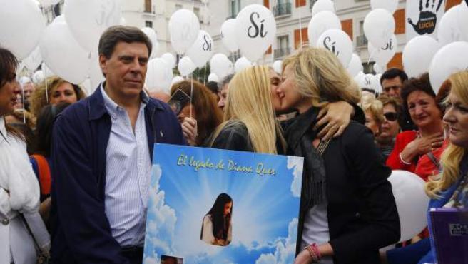 Juan Carlos Quer (i) y Diana López Pinel (d), padres de Diana Quer, junto a su hija Valeria (c), han encabezado la manifestación en la Puerta del Sol para reclamar la no derogación de la prisión permanente revisable.