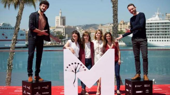 El equipo de la película 'Las distancias' con los actores Miki Esparbé, Alexandra Jiménez, María Ribera y Bruno Sevilla, junto a la directora Elena Trapé y la productora Marta Ramírez.