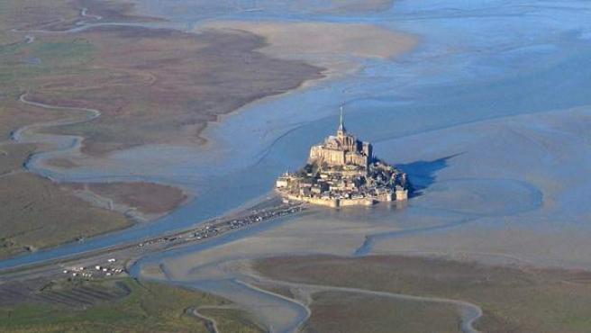 Vista del Monte Saint-Michel con la marea baja, en Baja Normandía (Francia).