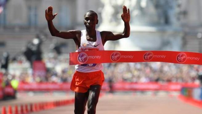 Eliud Kipchoge, ganador de la maratón de Londres por tercera vez en cuatro años