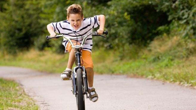 La mayoría de los padres de hoy en día no dejarían a sus hijos andar con bicicleta sin caso. Sin embargo, los progenitores de hace años eran menos estrictos.
