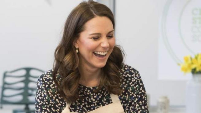 La Duquesa de Cambridge Kate Middleton participa en los preparativos para un Gran Almuerzo de la Commonwealth en el Centro Comunitario St Luke's, Londres.
