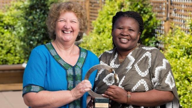 Makoma Lekalakala y Liz McDaid, ganadoras del Premio Goldman, el 'Nobel' medioambiental, por lograr la invalidación de un acuerdo nuclear millonario en Sudáfrica.