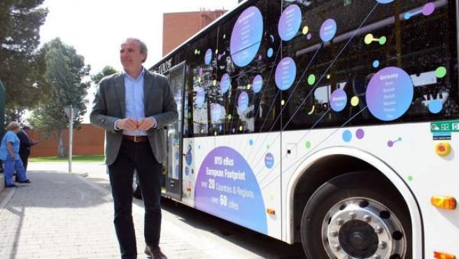 El portavoz del PP, Jorge Azcón, junto a un autobús eléctrico