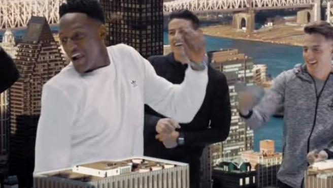 Yerry Mina participa junto a James Rodríguez y otros futbolistas en el videoclip de 'Love', de Vacchi y Yatra.