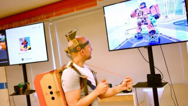 Un jugador prueba el kit de robot de Nintendo Labo.