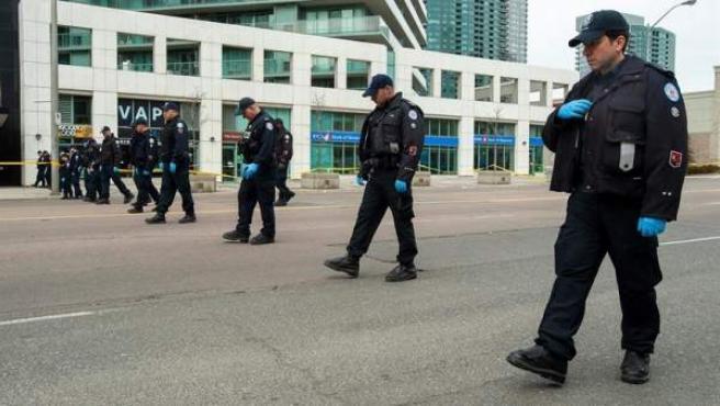 Miembros de la Policía de Toronto buscan pruebas en el lugar en el que una furgoneta atropelló de forma deliberadaa varias personas en la ciudad canadiense, causando al menos 10 muertos.