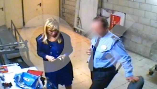 Cristina Cifuentes muestra, supuestamente, los productos de una bolsa a un guardia de seguridad, en un hipermercado de Madrid.