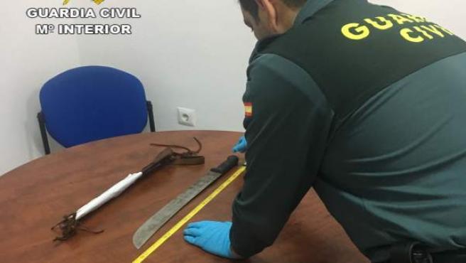 Cuatro detenidos por el robo de un coche y uno de ellos portaba una catana.