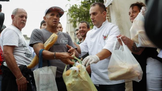 Panaderos argentinos regalan 5.000 kilos de pan para protestar por aumentos en servicios públicos y materias primas