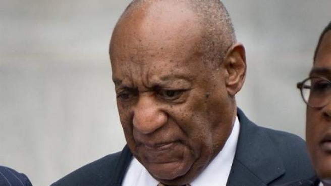 El actor estadounidense Bill Cosby abandona el juzgado después del primer día de su juicio por cargos relacionados con una presunta agresión sexual en 2004 en Norristown, Pensilvania, Estados Unidos.