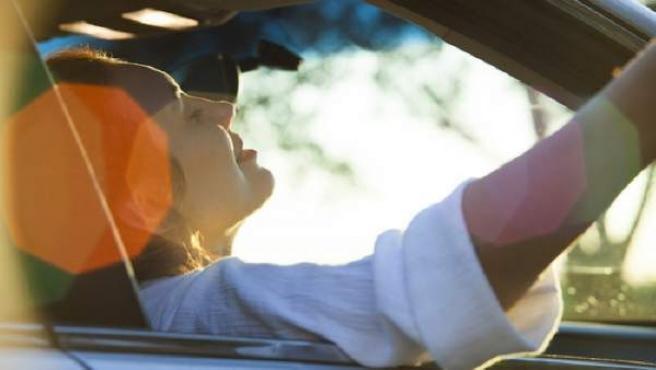 Escuchar música en el coche.