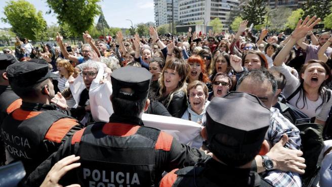 La plaza situada ante el Palacio de Justicia de Pamplona ha sido escenario de momentos de gran tensión cuando los cientos de manifestantes que están expresando su indignación por el fallo judicial de La Manada han hecho retroceder al cordón policial que protege la entrada.