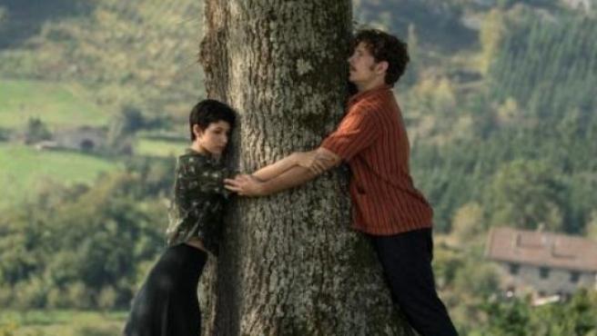 Los intérpretes Úrsula Corberó y Álvaro Cervantes en un fotograma de la película 'El árbol de la sangre', lo nuevo de Julio Medem.