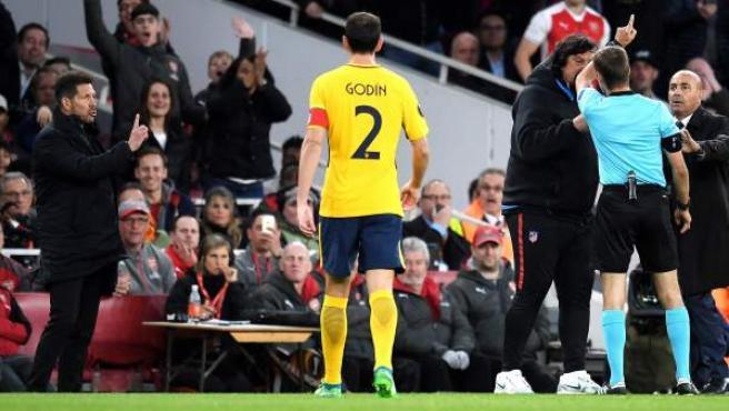 Diego Simeone fue expulsado en el encuentro del Atlético ante el Arsenal por protestar una decisión arbitral e insultar al colegiado