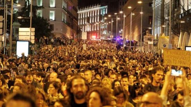 Miles de personas asisten a la concentración convocada por colectivos feministas frente al Ministerio de Justicia, en Madrid.