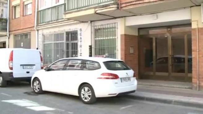 Vista exterior de la casa que compartía la mujer supuestamente asesinada a manos de su pareja en Aranda de Duero (Burgos).