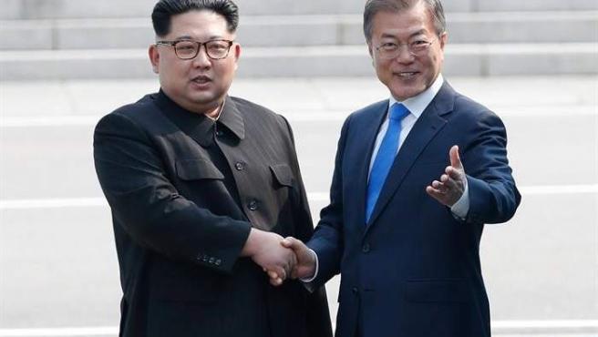 El presidente surcoreano, Moon Jae-in, y el líder de Corea del Norte, Kim Jong-un, se estrechan las manos durante una ceremonia de bienvenida en el lado sur de la frontera militarizada que separa a ambos países.