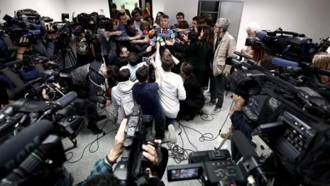 Agustín Martínez, abogado de cuatro de los cinco jóvenes del grupo 'La Manada' acusados de violar a una joven en los Sanfermines del 2016, atiende a los medios de comunicación en el Palacio de Justicia de Navarra.