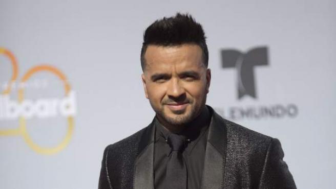 El cantante puertorriqueño Luis Fonsi posa a su llegada a la alfombra roja de los premios Billboard.