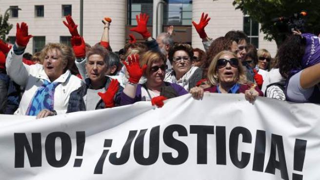 Concentración convocada por colectivos feministas ante las puertas del Palacio de Justicia, donde han expresado su disconformidad con la sentencia de La Manada.