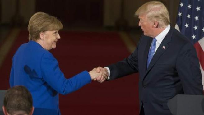 El presidente de EE UU, Donald Trump, da la mano a la canciller alemana, Angela Merkel, durante una rueda de prensa en la Casa Blanca, Washington.