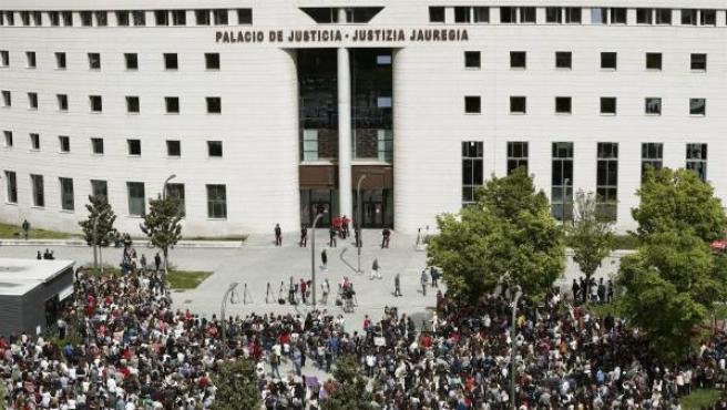 Imagen de una concentración frente al Palacio de Justicia de Navarra en protesta por la sentencia de La Manada.