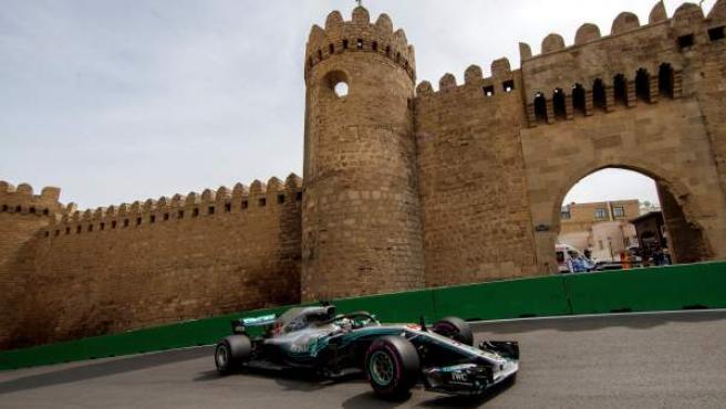 Lewis Hamilton, rodando en el circuito de Bakú, sede del GP de Azerbaiyán.