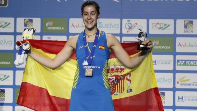 La española Carolina Marín recibe la medalla de oro tras vencer a la rusa Evgeniya Kosetskaya en el partido de individual femenino en la final del campeonato Europeo de Bádminton celebrado en Huelva.