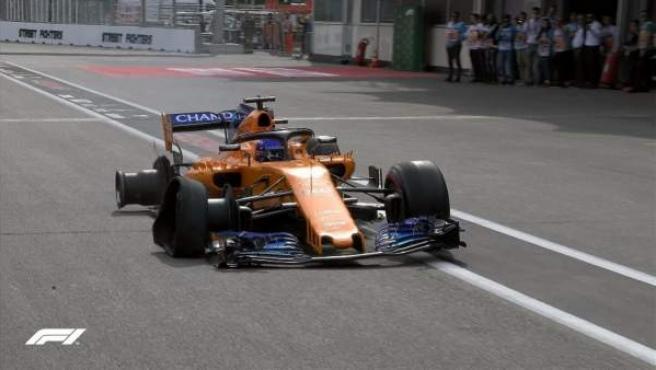 Fernando Alonso entró a boxes con dos ruedas pinchadas en el inicio del GP de Azerbaiyán.