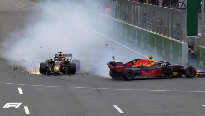 Max Verstappen provocó un accidente con su compañero Daniel Ricciardo en el GP de Azerbaiyán.