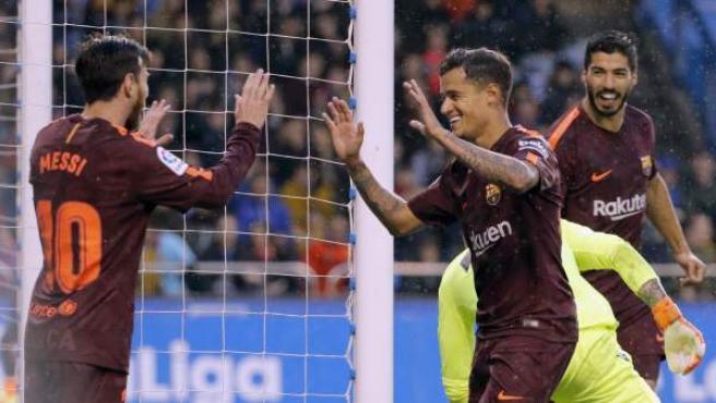 El delantero del FC Barcelona Leo Messi, felicitado por Coutinho tras marcar el segundo gol ante el Dépor en Riazor.