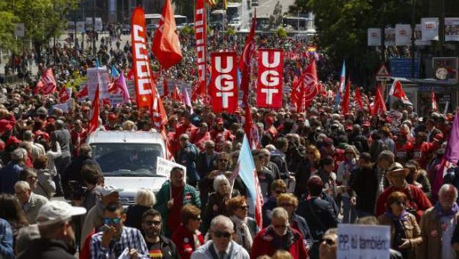 Miles de personas asisten a la manifestación del Primero de Mayo en Madrid.