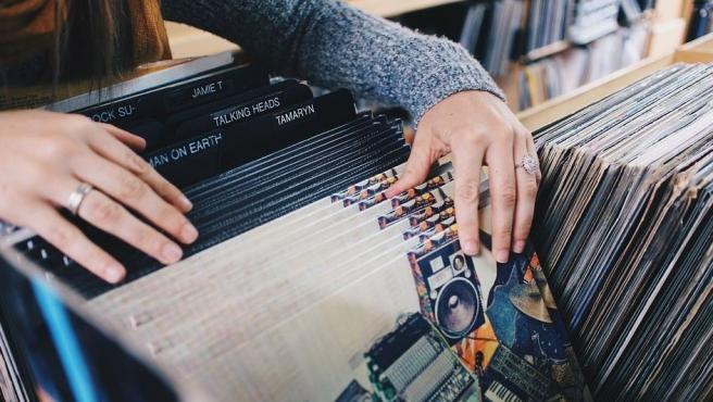 Actualmente, los negocios de venta de discos son casi testimoniales en las ciudades. Resisten unos pocos que siguen ofreciendo música en vinilo a 16, 33, 45 o 78 revoluciones.