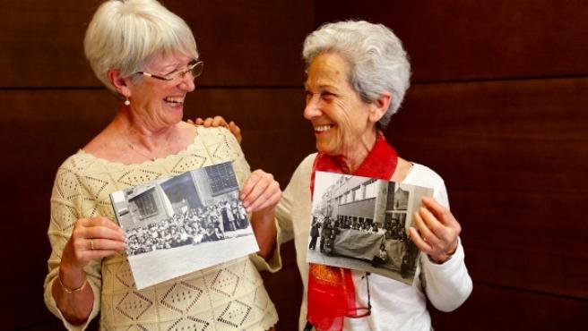 Nati Camacho y Ramona Parra, mujeres del mayo del 68, enseñando fotos de protestas sindicales del sector textil.