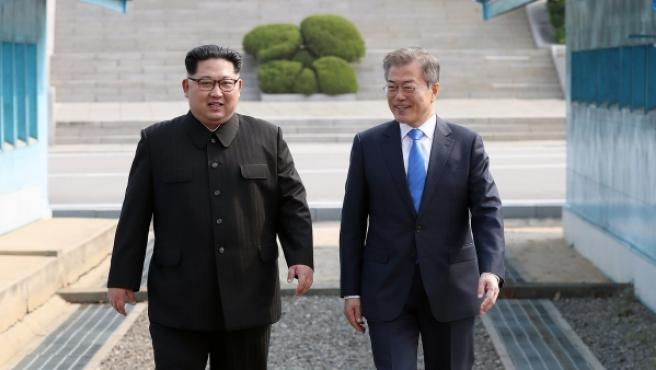 <p>El presidente surcoreano y el norcoreano, Kim Jong-un caminan juntos antes del inicio de la histórica cumbre intercoreana. </p>